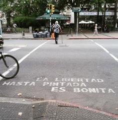 Esténcil de la artista argentina Bárbara Ines, por las calles de Buenos Aires